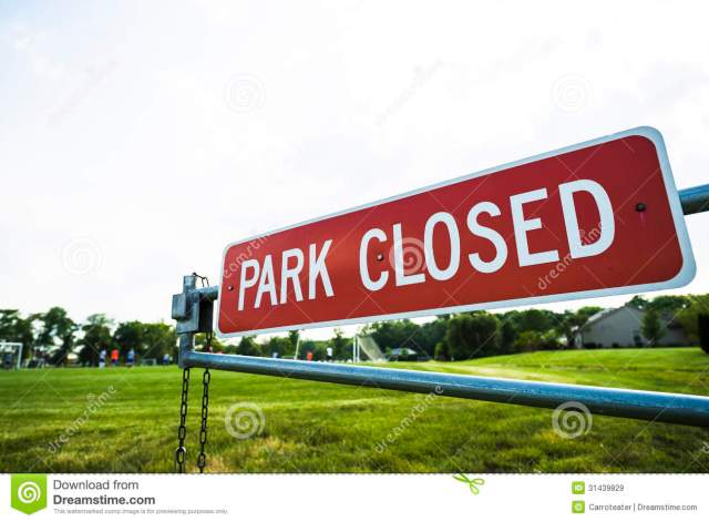 park-closed-closing-sign-gate-31439829